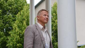 Leif Malmberg utanför polishuset i Borgå.