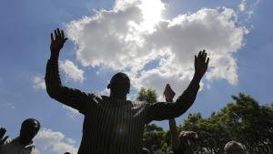 Hoppfulla människor väntar på att president Mugabe ska avgå.
