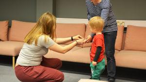 Barnet får ett märke stämplat på handen