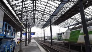 Två järnvägsspår på Helsingfors centralstation.