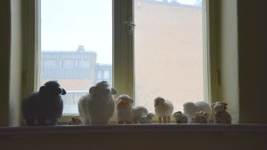 skulpturer av får som finns vid ett fönsterbräde