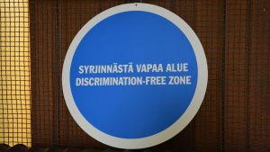 """en skylt som det står """"diskrimineringsfri zon"""" på finska och engelska"""