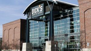 Dick's Sporting Goods säljer inte heller leksaker för barn som påminner om stormgevär