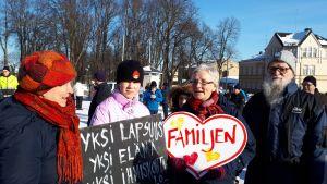 Gy Kausell och Bernt Kausell på Lovisa torg.