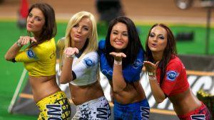 Grid girls poserar i samband med speewaytävling.