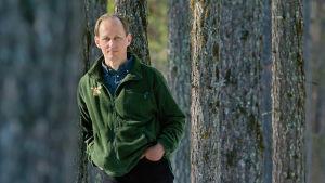 Författaren Mikael Niemi i tallskogen