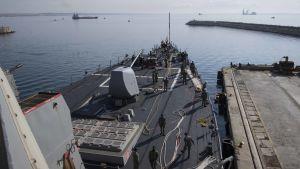 Missilkryssaren USS Donald Cook förbereder avfärd från Larnaca på Cypern.