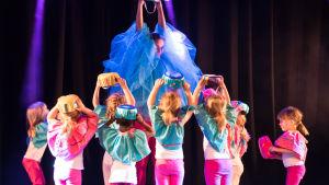 Barngrupp från Hurja piruetti uppträder med numret Muffinsar och Sockervadssfen.