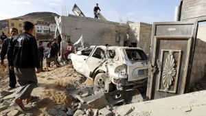 Jemeniter inspektererar spåren efter en saudiledd flygräd i huvdstaden Sanaa den 28 april 2018.