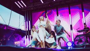 Evelina ja tanssijat lavalla YleXPopissa 2018..