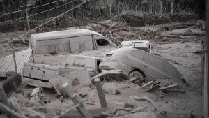 Bilar begravda av aska i San Miguel Los Lotes, en by ungefär 35 kilometer sydväst om Guatemala City.