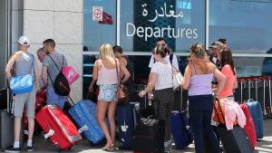 Turister köar för att lämna Sousse efter terrorattacken 2015.