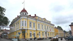 Ett gult stenhus.