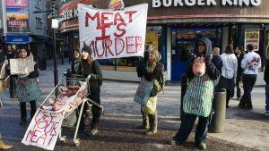 Aktivister demonstrerar mot köttätande i London.