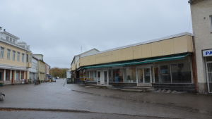 Vy över Köpmansgatan i Pargas en mulen dag.