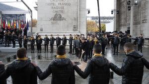 Frankrikes president Macron vid den Okända soldatens grav under 100-årsfestligheterna.