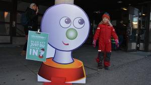 En flicka tittar på Buu-skylten som välkomnar barn till Buu-dagen i Vasa.
