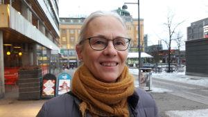 Agneta Wikman utanför Rewell Center i Vasa.