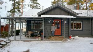 Agneta Glad utanför sitt hus i Sundom.