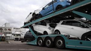 Nissan-bilar fraktas från en fabrik utanför Paris.