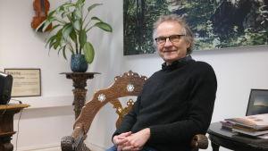Teaterchef Jukka Aaltonen sitter i sitt arbetsrum på ÅST