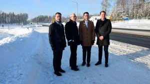 fyra män invid en landsväg