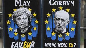 Affischer som förlöjliggar May och Corbyn utanför Houses of Parliament i Westminster.