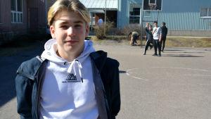 pojke på skolgård