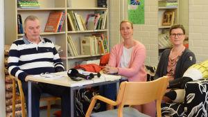 Från vänster: Peter Bergman, teknisk chef i Ingå. Daniela Andersson, ordförande för Hem och Skola vid Kyrkfjärdens skola, Jessica Elfving, rektor för Kyrkfjärdens skola.
