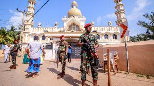 Soldater på vakt I Negombo 6.5.2019 efter att muslimer och kristna drabbat samman