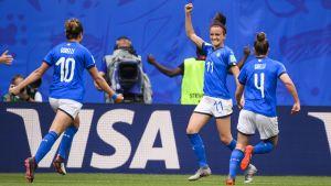 Italienska spelare jublar efter ett mål