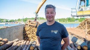 Kennet Berndtsson inspekterar lastning av massaved på fartyget Jolie i Mariehamn.