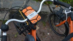 En orange stadscykel vid namn Isadora.