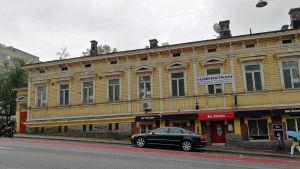 Gult trähus vid Kaskisgatan 3 i Åbo.