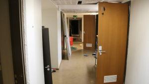Korridor med toalettdörr på glänt.
