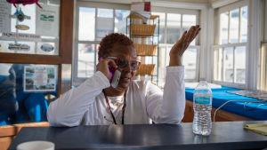 En kvinna talar i telefon.