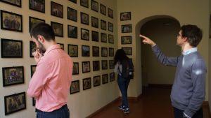 Foton av tidigare studerande på en vägg i topphögskolan Sant'Anna i Pisa