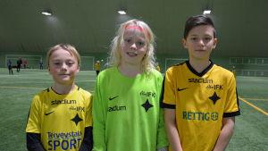 tre fotbollsspelare från åifk p11-laget. Hugo oksjoki, Dan Lauri, och Alvin Udd.