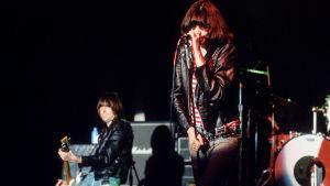 Ramones lavalla. Kuva elokuvasta Rock'n'Roll Highschool.