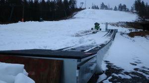 En cirka 50 meter lång barnlift i en slalombacke.