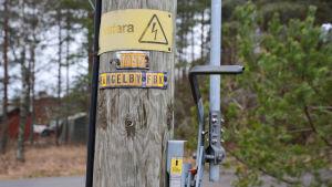 """På en elstolpe står det """"Livsfara"""" och """"Hangelby fbk"""""""