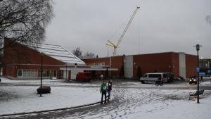 Anttilan koulu och Laurentiussalen i förgrunden. Byggarbetsplatsen i bakgrunden.
