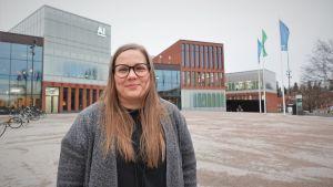 Spelforskare Annakaisa Kultima står på Allto universitets gård.