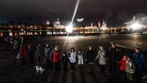 Människor bildar en kedja på minnesdagen för bombningarna av Dresden. 13.2.2019
