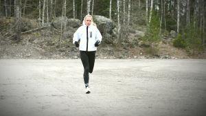 Linda Sällström springer på sandplanen i Korso