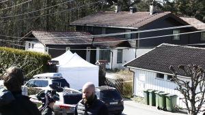 Thomas Hagens hem i Lørenskog. Polisen har satt upp ett tält på gården medan polisutredning pågår.