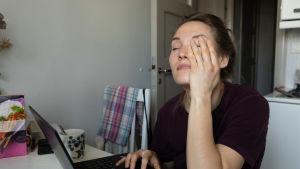 Ilona Raivio etätyöskentelee kotoa käsin. Kriisin alettua työtahti ja taakka kiristyi myös rajusti.