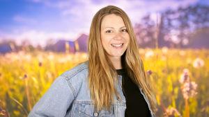Zandra Lundberg poserar mot en sommaräng.