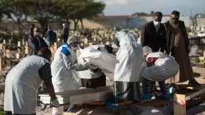 En man som dött i covid-19 i Sydafrika begravs.