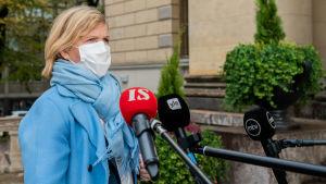 Oikeusministeri Anna-Maja Henriksson antaa haastattelua Säätytalon portailla.
